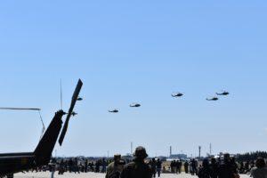 霞目駐屯地のヘリ編隊飛行