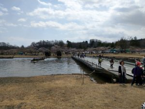 92式浮橋を渡る入場者