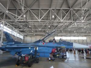 屋内展示のF2戦闘機側面