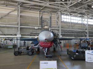 屋内展示のF2戦闘機前面