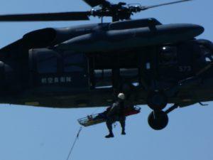 吊り上げ救助する救難ヘリ