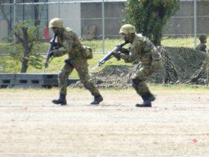 小銃を構えて前進する歩兵