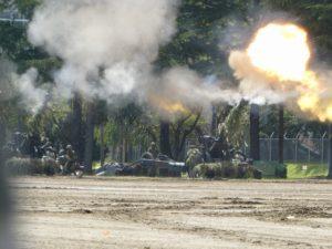 火を噴く榴弾砲
