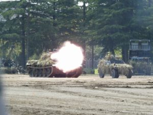 砲撃する74式戦車