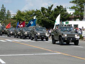 自衛隊の車列行進