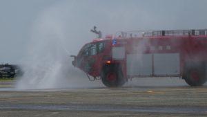 ストライカー消防車の全面放水