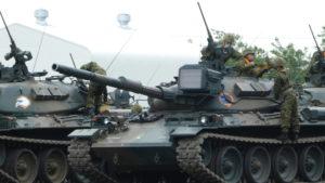 74式戦車へ搭乗する隊員