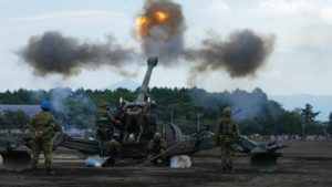 発砲する155mmりゅう弾砲FH70