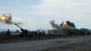 斉射する155mmりゅう弾砲FH70
