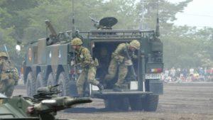 96式装輪装甲車から駆け出す隊員