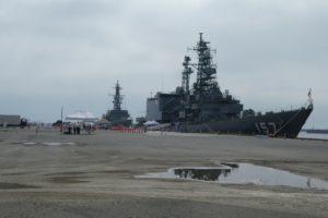 護衛艦の遠景