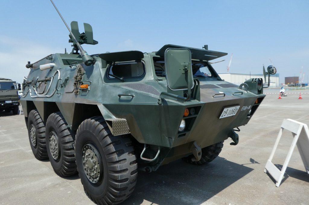 地上展示の82式指揮通信車