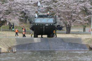 発進間際の94式水際地雷敷設車