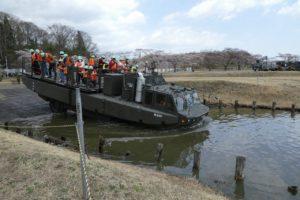 入水する94式水際地雷敷設車
