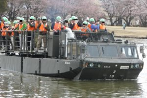 水上走行する94式水際地雷敷設車