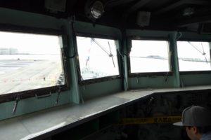 護衛艦ちくまの艦橋窓