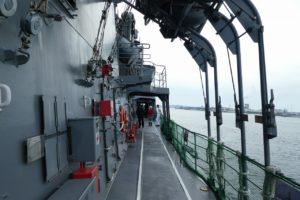 護衛艦すずつきの側面通路