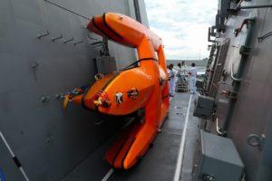 護衛艦すずつきの小型水上標的