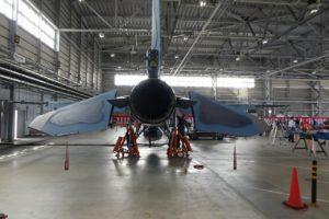 屋内展示のF2戦闘機後部