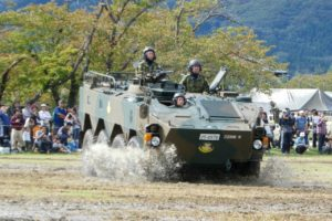 悪路を走る96式装輪装甲車