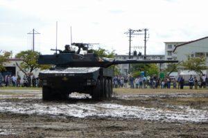 機動展示する16式機動戦闘車