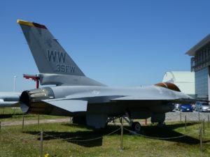 F-16Aファイティングファルコンの後方