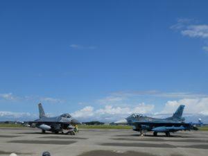 並んで駐機するF-16とF-2