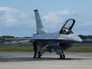 三沢基地で駐機するF-16