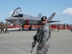 F-35を警備する兵士
