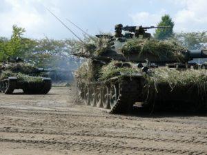 擬装する74式戦車