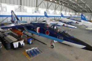 松島基地内の格納庫でT-2ブルーインパルス
