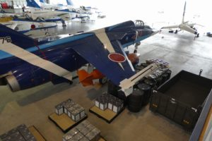 格納庫内のT-2ブルーインパルス