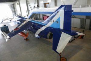 格納庫内のT-2ブルーインパルス後方